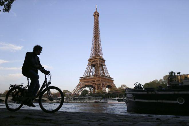 _89925705_cyclist_eiffel_getty976